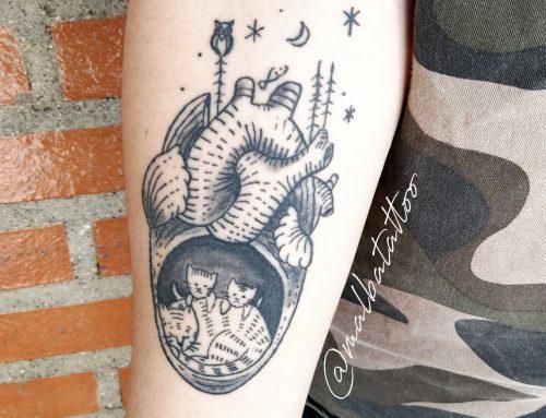 Tatuaje corazón con gatitos