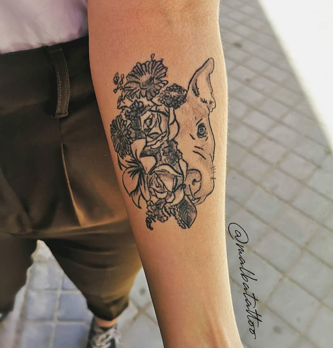 Tatuaje perro flores antebrazo