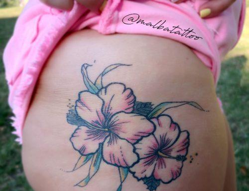 Tatuaje hibiscus con color