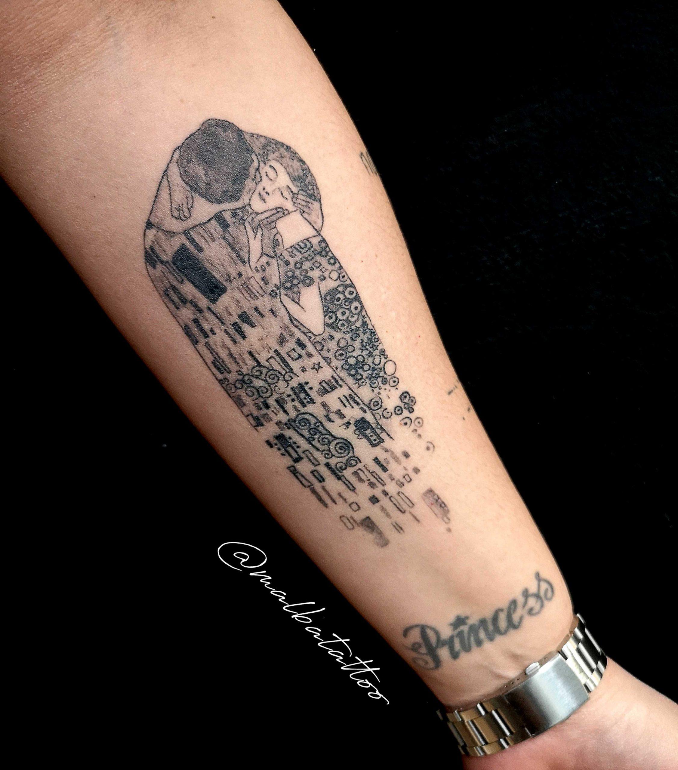 """Tatuaje cuadro """"el beso"""" antebrazo"""
