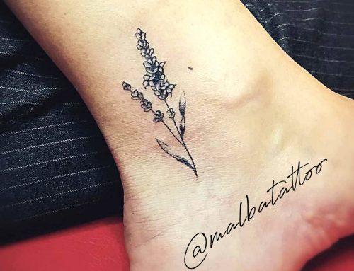 Tatuaje lavanda en blanco y negro